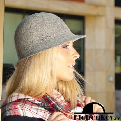 Módní dámský klobouk vhodný ke kostýmku a šatům