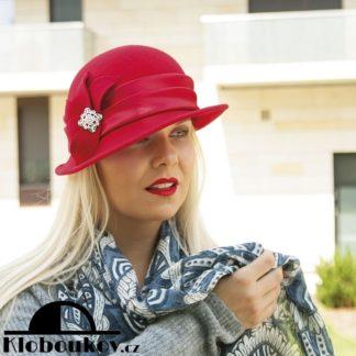 ... Dámský vlněný klobouk s broží 662fc54f4c
