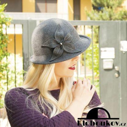 Vlněný dámský klobouk vhodný i ke kabátku
