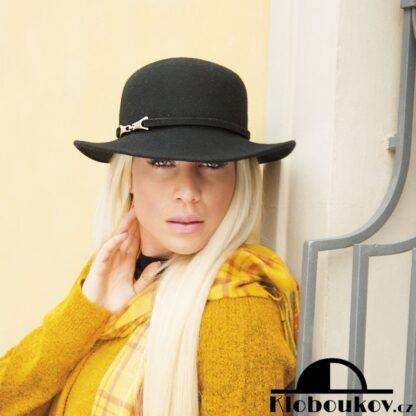 Dámský klobouk se střední krempou - černá barva