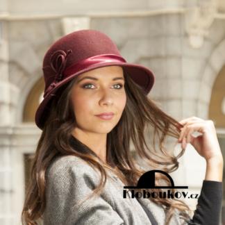 Dámský vínový plstěný klobouk zdobený saténovou stuhou