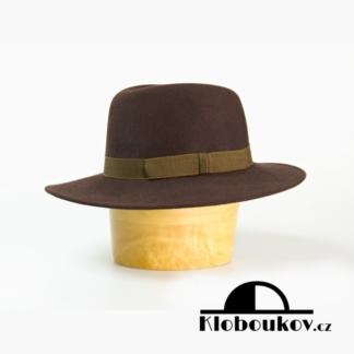 Hnědý pánský plstěný klobouk vyrobený z králičí plsti se širokou krempou a zdobený barevnou stuhou.