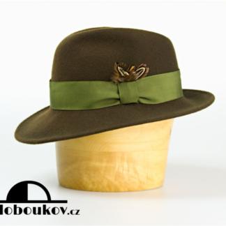 Myslivecký klobouk zdobený širokou stuhou a pírkem
