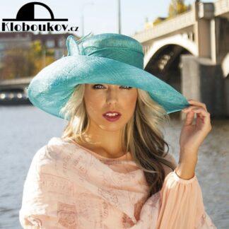 Luxusní velký vzdušný klobouk zdobený peřím
