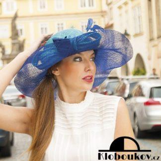 Větší moderní dámský klobouk s velkou ozdobou pro letní období ze sinamay