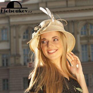 Modelový klobouk ze sinamay vhodný pro drobnější postavy