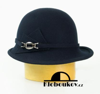 Dámský vlněný klobouk zdobený aplikací v téže barvě-modrá