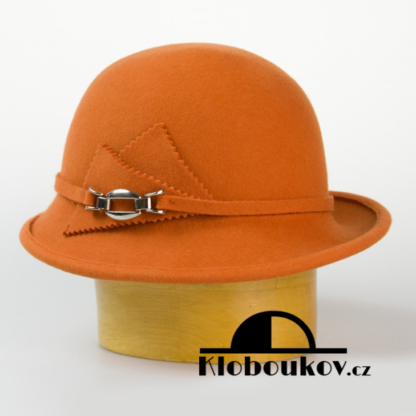 Dámský vlněný klobouk zdobený aplikací v téže barvě-oranžová
