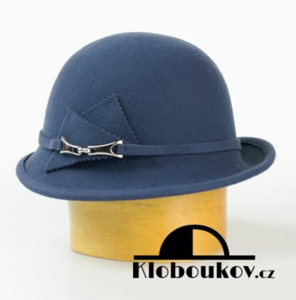 Dámský vlněný klobouk zdobený aplikací v téže barvě-petrolejová