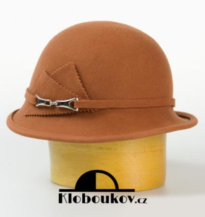 Dámský vlněný klobouk zdobený aplikací v téže barvě-rezavá
