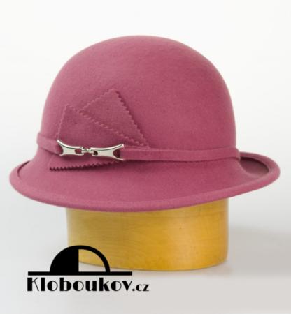 Dámský vlněný klobouk zdobený aplikací v téže barvě-růžová