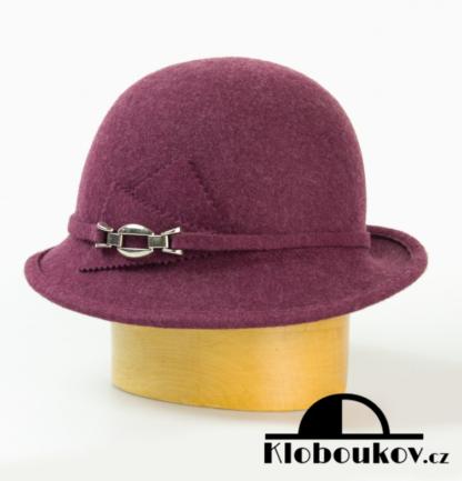 Dámský vlněný klobouk zdobený aplikací v téže barvě-vínová
