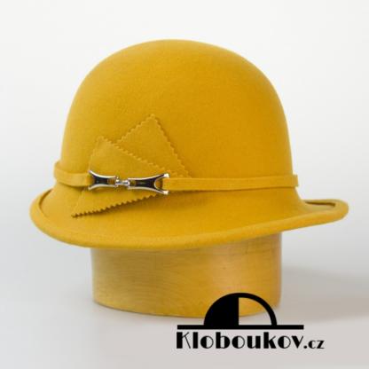 Dámský vlněný klobouk zdobený aplikací v téže barvě-žlutá