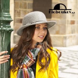 Dámský vlněný klobouk se střední krempou zdobený páskem šedý